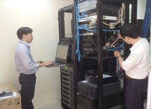 """Kỹ sư trẻ Nguyễn Đức Trang (trái), thực hành sáng kiến """"Giải pháp đọc số liệu công tơ điện tử"""" tại Công ty Thủy điện Hòa Bình."""